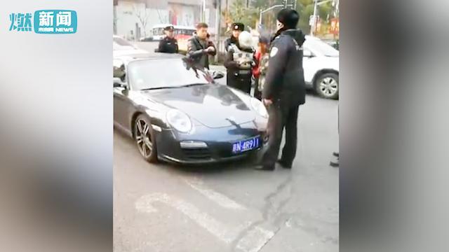 【视频】丰田司机怒气冲冲别停卡宴欲打人,车主下... _汽车之家