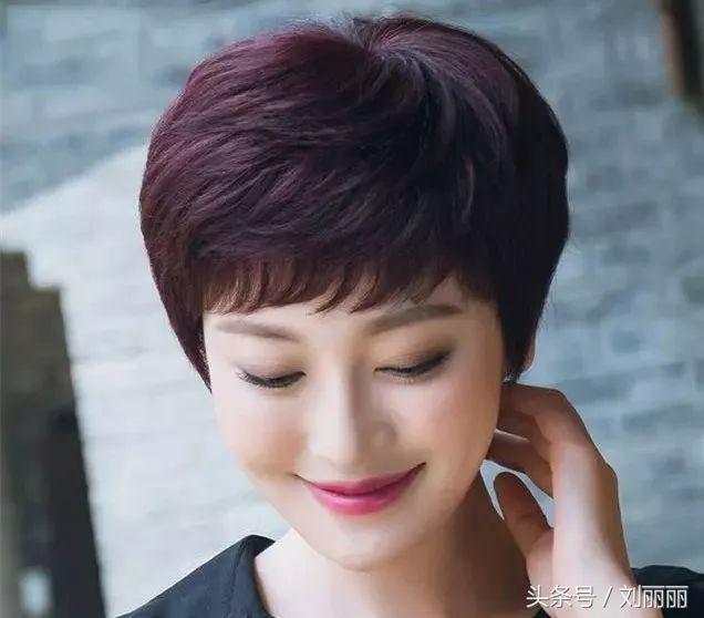 今年最适合中年女性的短发,简单,显年轻,有品位