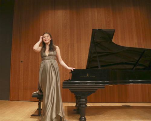 """法国华裔""""天才钢琴女孩""""在巴黎小皇宫举办独奏会"""