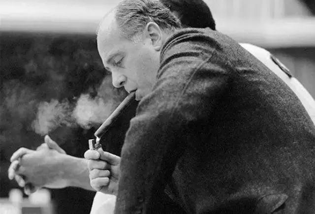 社会姐吸烟头像霸气 女人抽烟感觉不太正常吧-女生头像