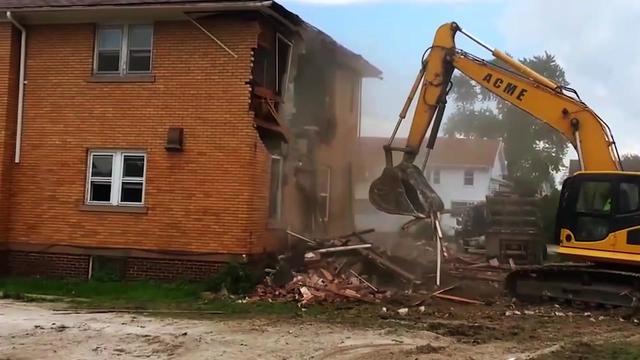 实拍用挖机拆房子,再漂亮的房子都可以三两下搞定