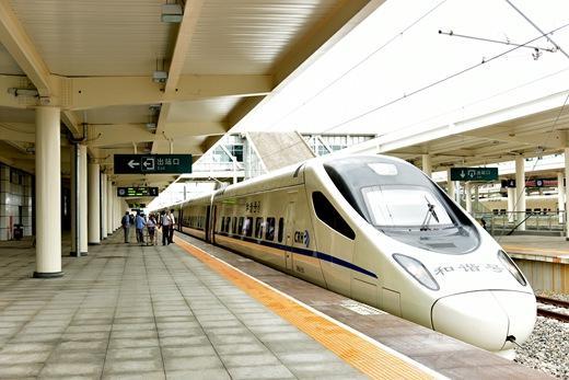 哈齐高铁进入哈尔滨站,与普快列车并列前行