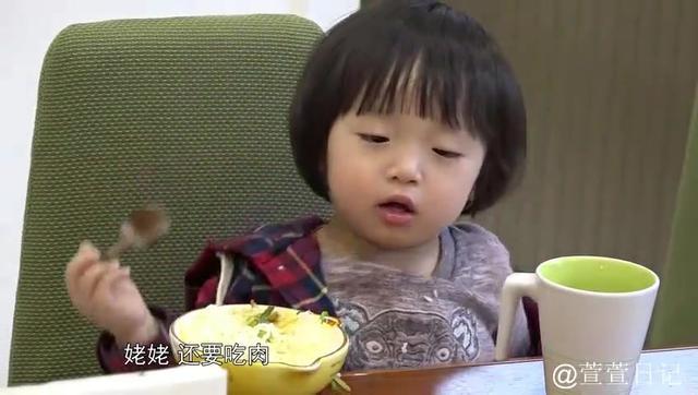 邹明皓自己吃饭超乖,豪气放言:我要吃肉!