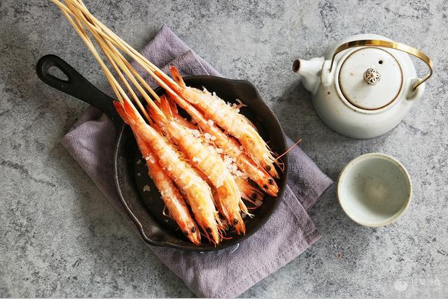 海鲜就应该吃最鲜的味道,这样盐烤出的虾,锁定所有鲜味,真好吃