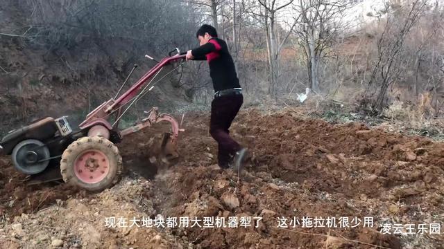 小型手扶拖拉机耕地,农民站着就很轻松,一般人无法驾驭