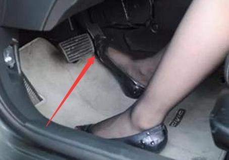 小车油门和刹车的位置在哪_太平洋汽车网