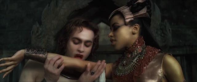 吸血鬼女王被吸血鬼吸血致死