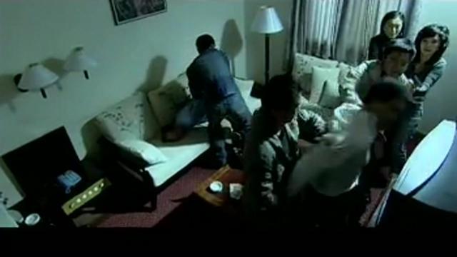 红蝎子:嫂子和丈夫的几个兄弟在屋里做交易,警方踹开门