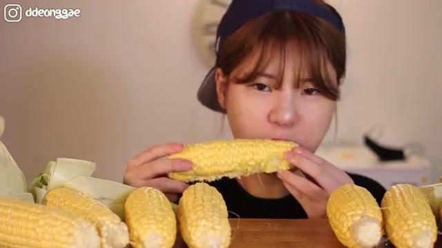 韩国吃播:肥妞当顺妹子吃西柚葡萄 美颜的秘诀是多吃水果
