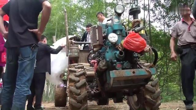 广东大哥虽然开的拖拉机,但是开出了战斗机的气势!