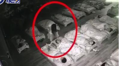 隔着屏幕都心疼,合肥一老师在孩子睡觉期间用脚踩脸