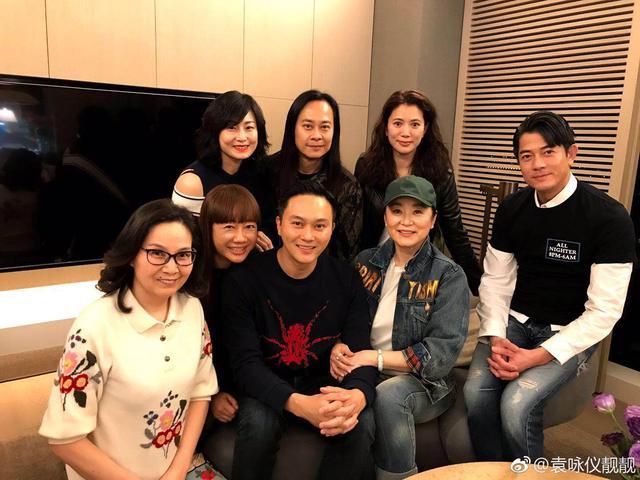 48岁袁咏仪曝出18岁照片,有谁注意到她的妆面和穿着,太好看了吧