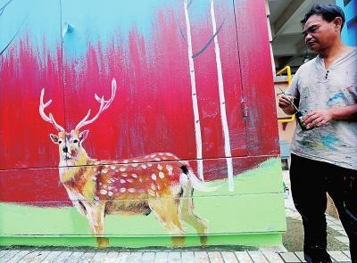 郑州街头锈迹斑斑的配电箱,有这么好看吗?人们时不时看你几眼
