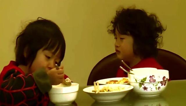 好乖的弟弟邹明皓,皓皓叫哥哥轩轩吃饭,太可爱了
