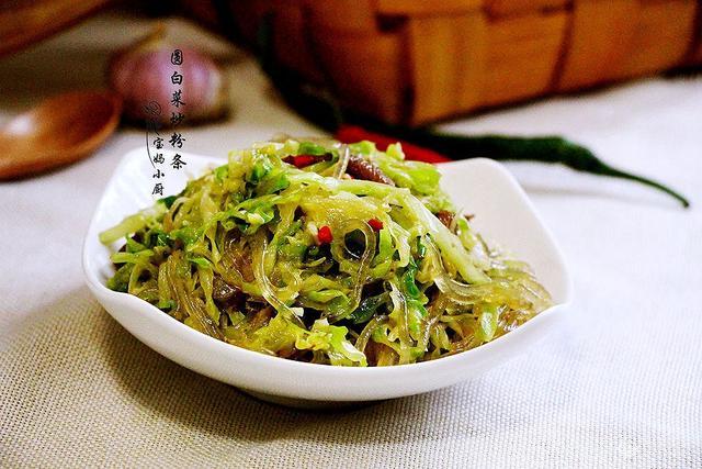 圆白菜炒粉丝的家常做法,吃一口就停不下来两分钟就学会!