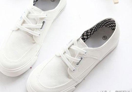白色鞋子搭配什么衣服好看