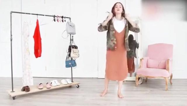 碎花裙搭配運動鞋