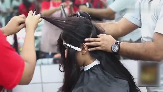 妹纸将后脑勺头发剃成个性图案后,扎起来时看着时尚又迷人!