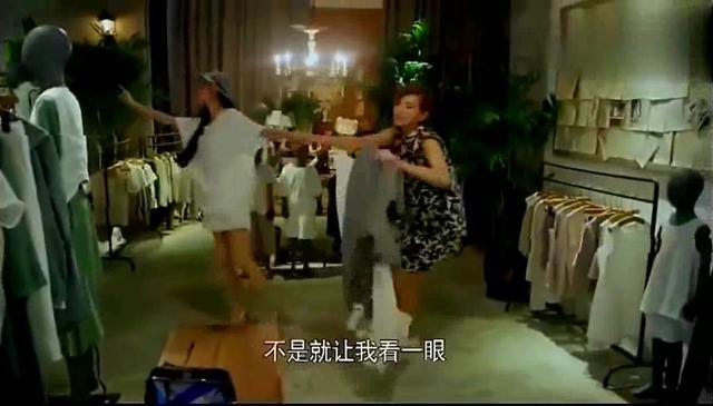 女生和闺蜜逛街,在服装店遇到总裁,却不知他是闺蜜的老公