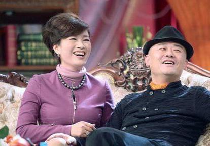 50岁周立波和他的富豪老婆胡洁近照
