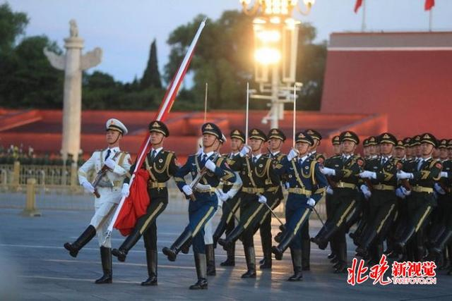 儿童节北京天安门广场升旗仪式,三军仪仗队升国旗,军乐团奏国歌