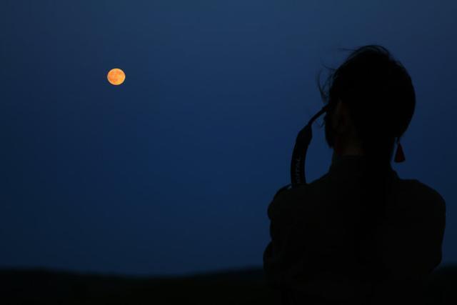 人与月圆照片
