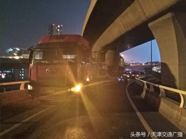 中石油桥小货急刹面包车追尾 消防员医生合力救伤者... _新浪博客
