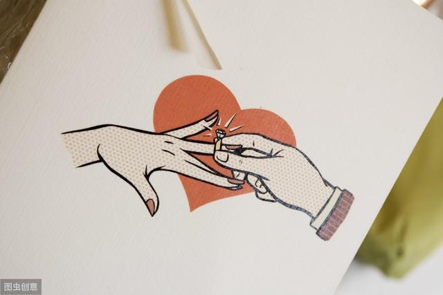 右手中指戴戒指的图