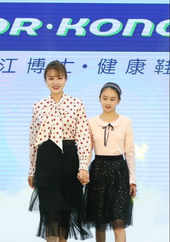 叶一茜和女儿现身,11岁森碟腿长不输170cm妈妈,素颜像极田亮