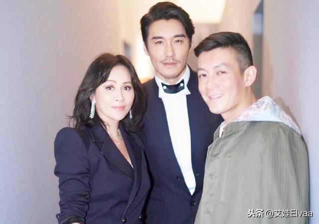 48岁胡兵参加上海时装周,西装白衬衫,比身边小10岁陈冠希还年轻