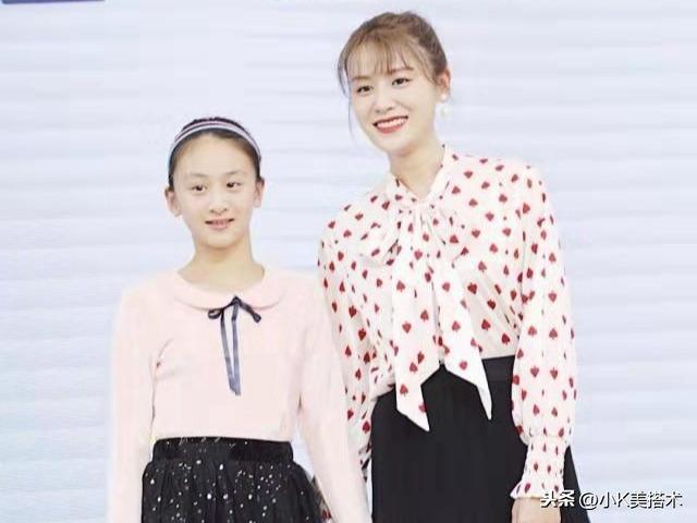 叶一茜携女儿出席活动,11岁森碟粉衣配黑裙,美成邻家女孩儿