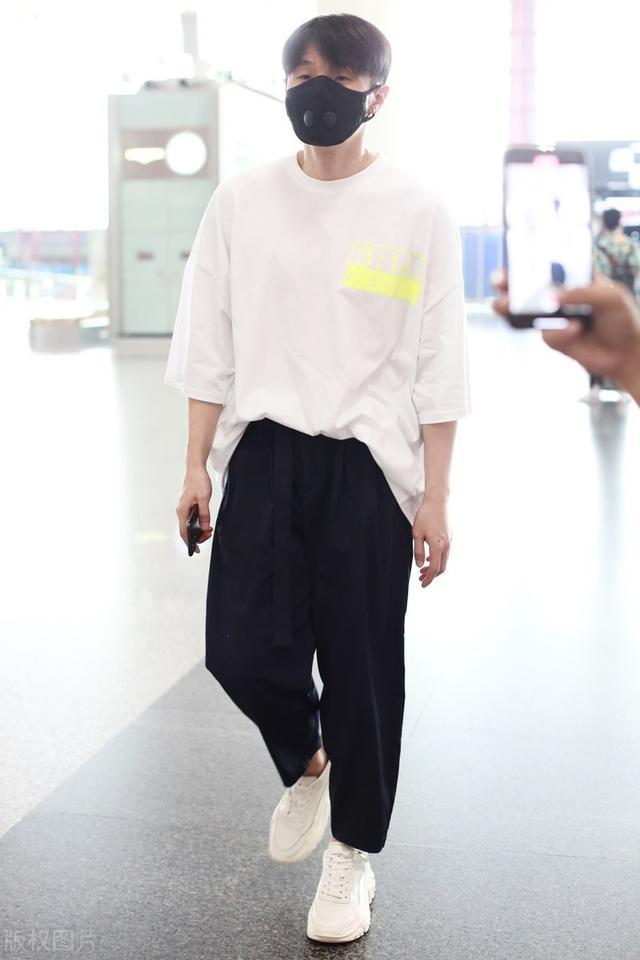 """李荣浩这身略显""""闷骚"""",七分袖T上身简洁低调,背面却个性十足"""