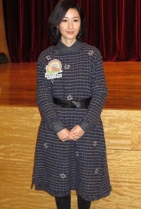 关咏荷太让人惊艳了,一袭墨绿长裙搭配微卷发,尽显优雅贵妇范