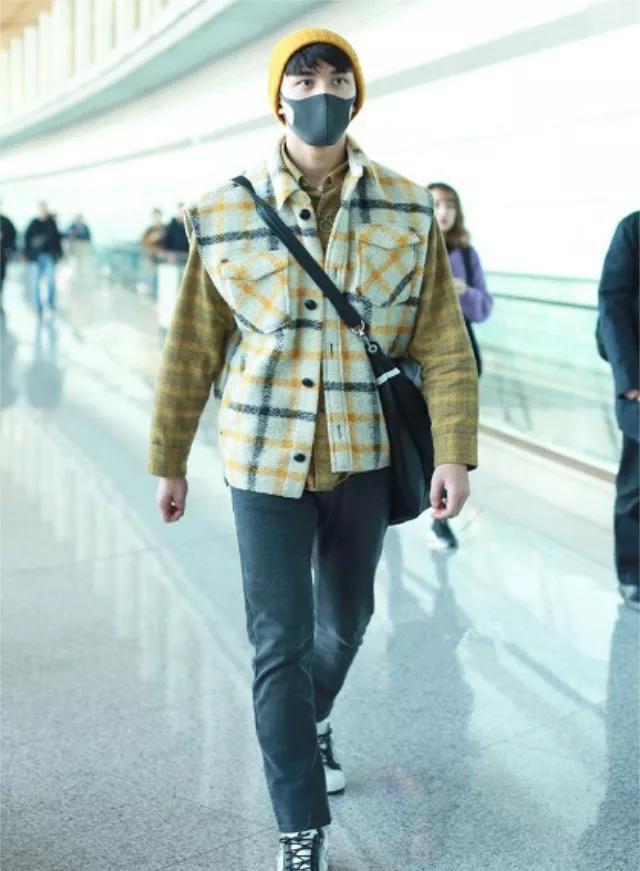 """吴磊现身机场,实力演绎多件叠穿潮流,无奈""""小黄帽""""格外抢镜"""