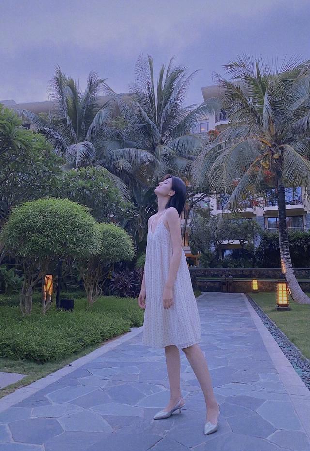 名门泽佳:乔欣泳池边秀光洁美背,穿碎花吊带裙回眸效果妩媚动人