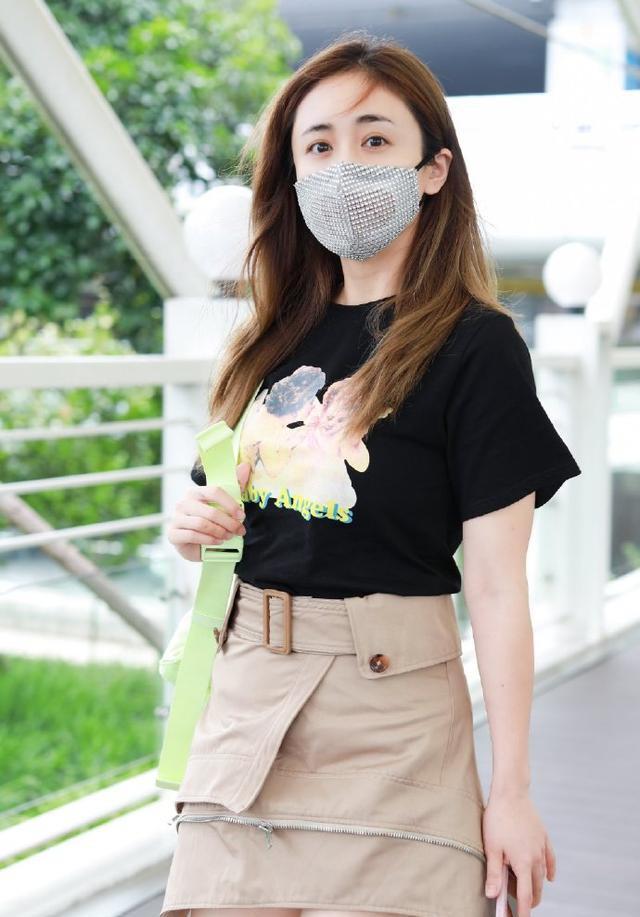 名门泽佳:刘芸皮肤白皙状态好,背荧光绿书包效果充满青春气息