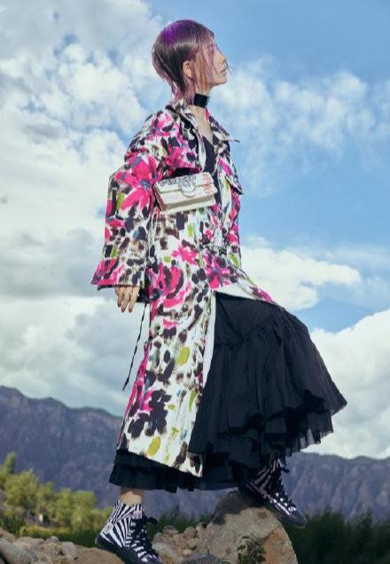 名门泽佳:戚薇新大片太亮眼!穿白蕾丝裙搭紫色短发效果华丽又浪漫