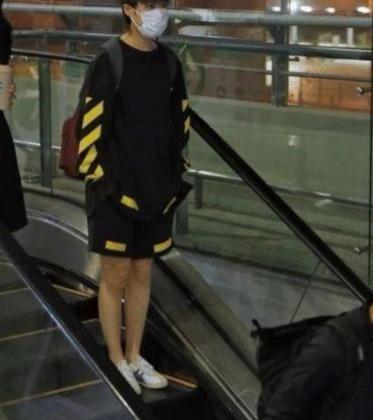 李宇春的穿搭有多吸睛,白色上衣搭配黄色裤子,网友:清新减龄
