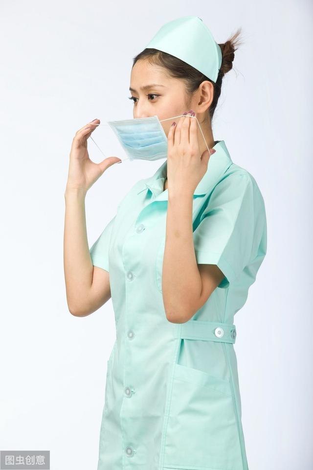 卡通医生和护士戴口罩