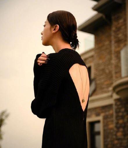 名门泽佳:吴谨言新大片来袭!穿黑色长裙秀锁骨美背效果优雅性感