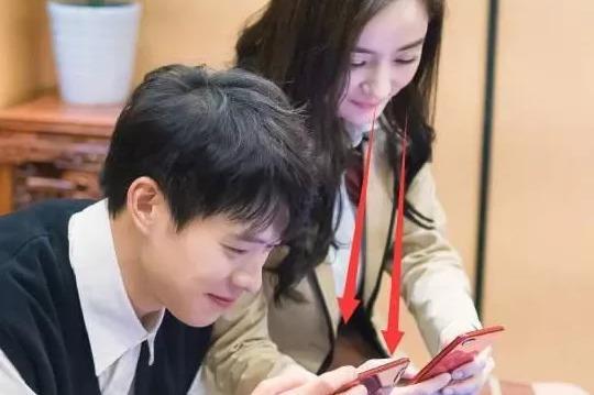 杨幂高铁自拍 想知道用的哪款智能手机吗?_手机搜狐网