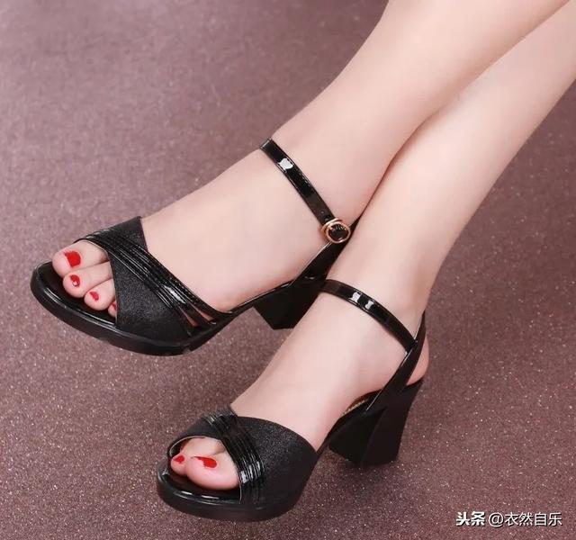 """有一种女鞋:叫""""高跟凉鞋""""!比拖鞋舒服忒有型,三伏天穿刚刚好"""