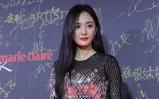 杨幂亮相2018嘉人中国风年度超级盛典,穿银色亮片黑短裙皮肤白皙