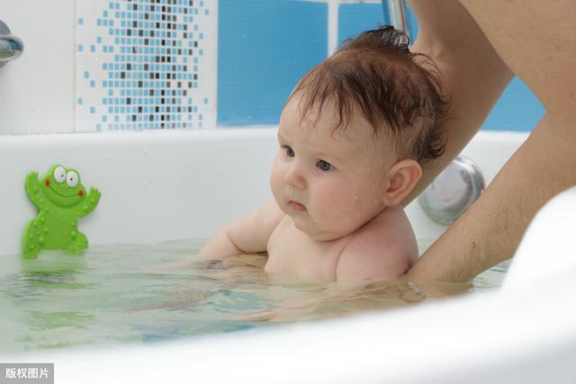 专业人士给刚出生的孩子洗澡,新手爸妈必须学习的哦!_网易视频