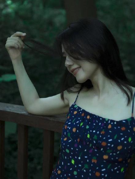 名门泽佳:高圆圆新写真似少女!穿碎花吊带裙漫步绿丛中文艺范十足