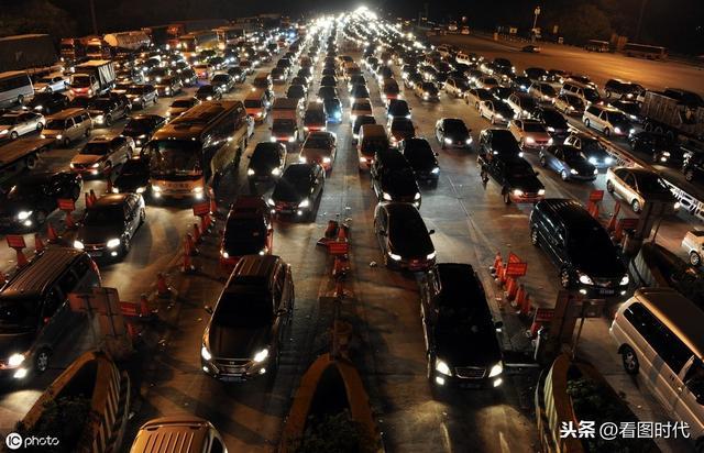 国庆前一晚 火车站黑压压挤满人 为回家很多人与检票时间赛跑