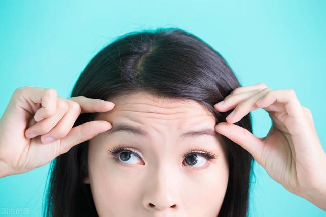 一抬头就有细纹?坚持4个小方法,每天3分钟,迅速抚平抬头纹