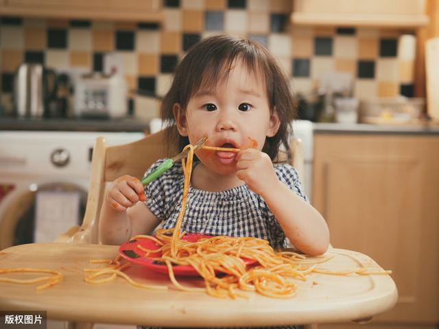 """""""好好吃饭,给你看电视"""":管用的奖励,成了孩子成长的障碍"""