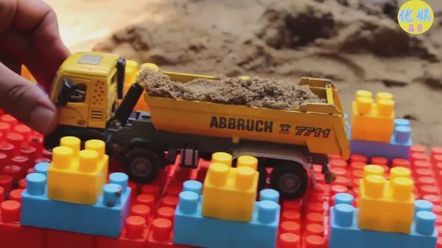 利用积木玩具 迷你挖掘机工程车建筑桥梁 儿童玩具工程车表演视频