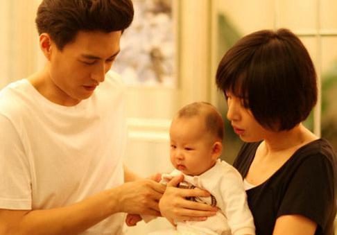 41岁靳东全家照,看到母亲才知帅的原因,儿子睫毛随他_网易新闻